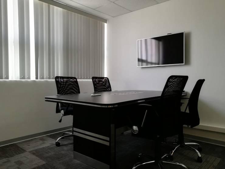 Sala de Reuniones: Oficinas de estilo  por Soluciones Técnicas y de Arquitectura
