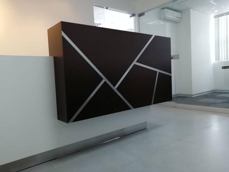Recepción: Oficinas de estilo  por Soluciones Técnicas y de Arquitectura
