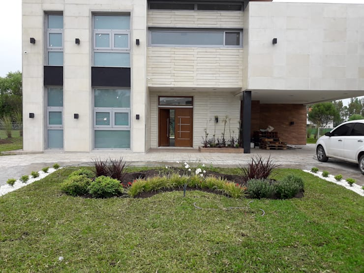 Proyecto terralagos: Jardines en la fachada de estilo  por Estudio Garden Design