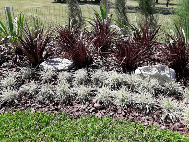 Terralagos: Jardines con piedras de estilo  por Estudio Garden Design