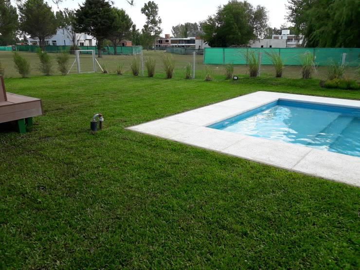 Proyecto colocacion de grama bahiana: Jardines en la fachada de estilo  por Estudio Garden Design