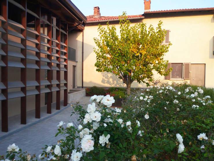 Cascina Bereguardo: Giardino in stile  di arch. Valerio Cozzi