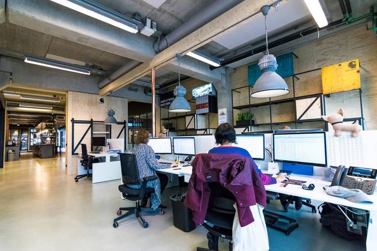 Kantoor:  Kantoor- & winkelruimten door Qupz®, Modern Hout Hout