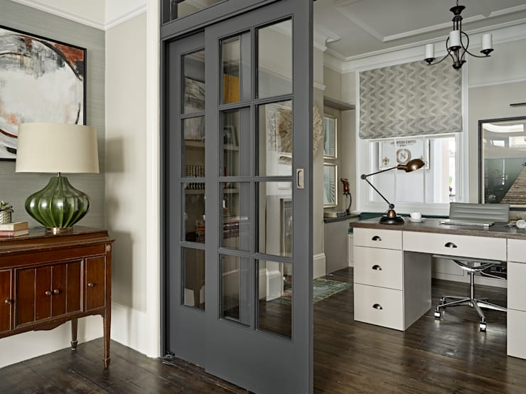 Рабочие кабинеты в . Автор – Tailored Living Interiors, Эклектичный