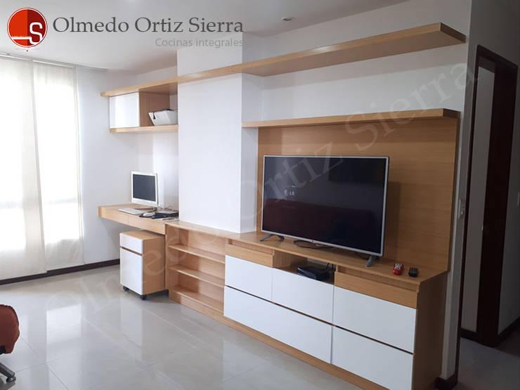 Mueble Para Televisor Con Escritorio: Salones de estilo  por Cocinas Integrales Olmedo Ortiz Sierra