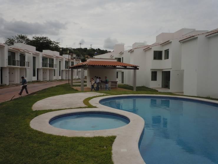 Alberca y Palapa: Casas multifamiliares de estilo  por D&E-ARQUITECTURA