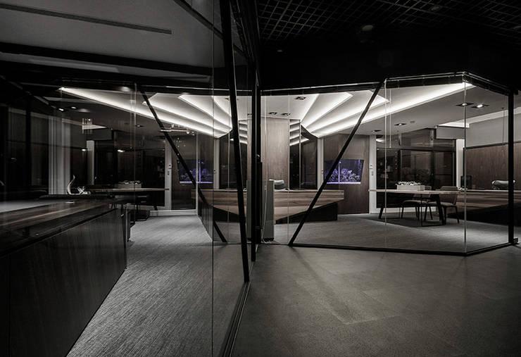 CL 97 / 蒙太奇:  辦公室&店面 by 騰龘空間設計有限公司