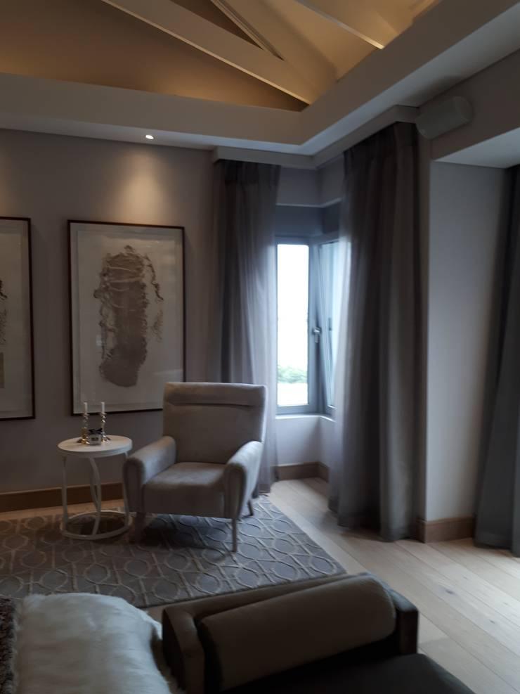 Bedroom Sheer Curtains and Blockout:  Bedroom by Elliott Designs Studio, Modern