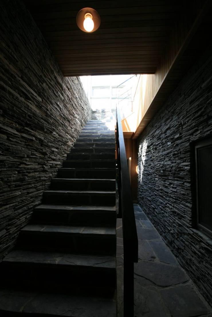 용설리 지하주택 인테리어: 알엠코리아의  계단