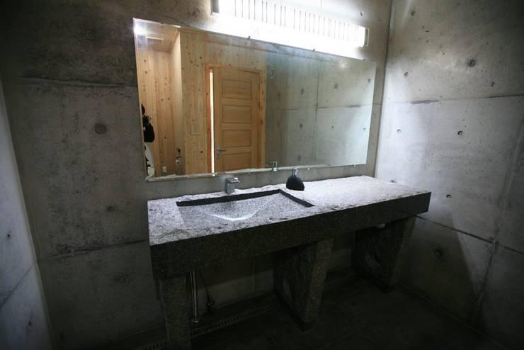 용설리 지하주택 인테리어: 알엠코리아의  욕실