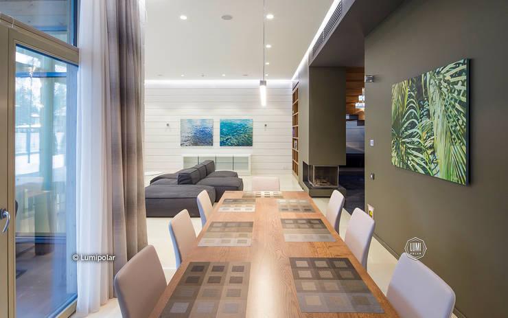Просторная гостиная, плавно переходящая в кухню: Гостиная в . Автор – LUMI POLAR