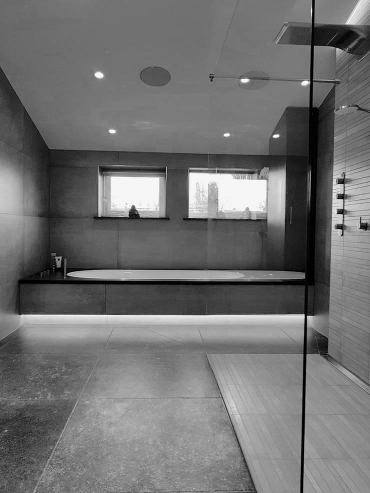 BADKAMER:  Badkamer door VAN VEEN INTERIOR DESIGN