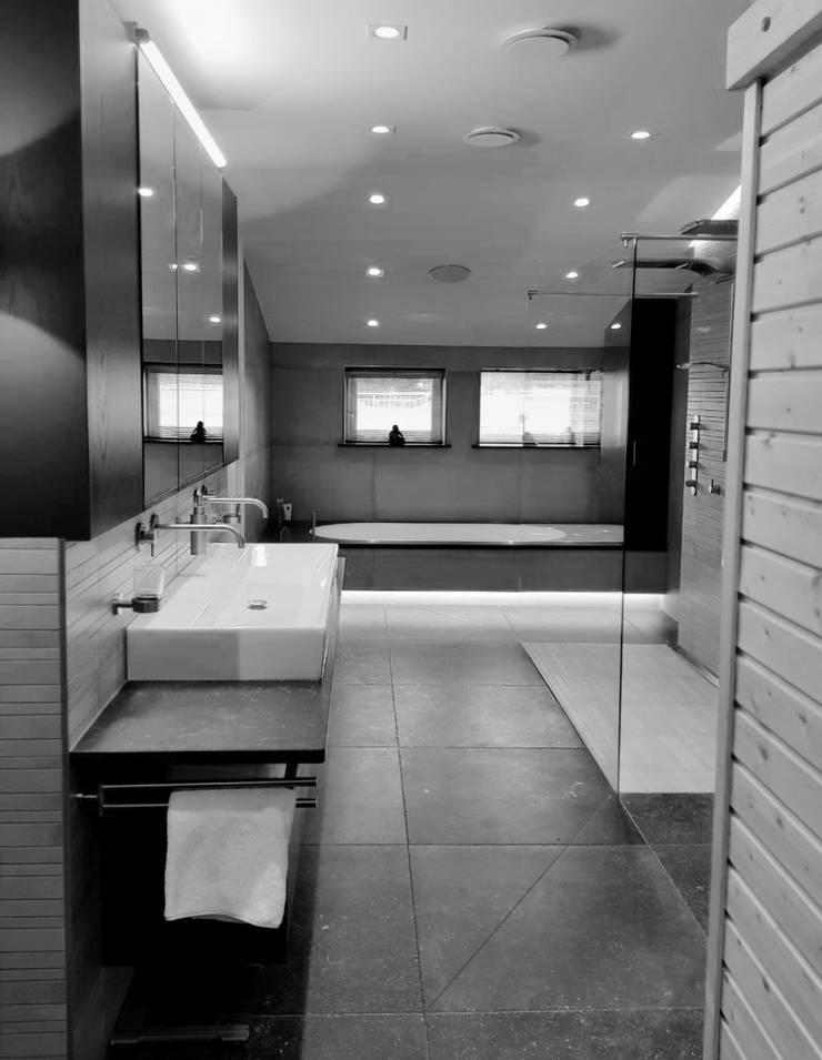 BATHROOM:  Badkamer door VAN VEEN INTERIOR DESIGN
