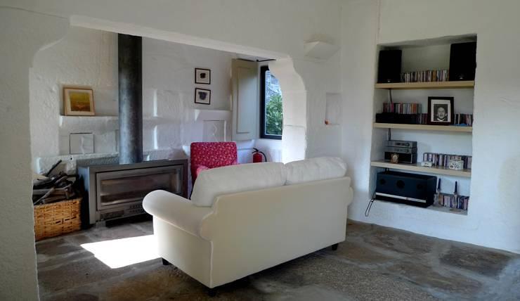 Projecto de Habitação Unifamiliar: Salas de estar  por Bigarquitectura