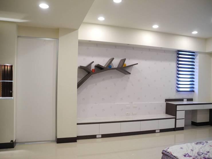 居家設計:  客廳 by 城藝室內裝修企業有限公司