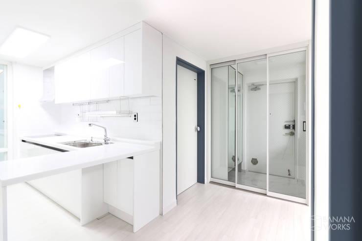 부산 사직동 한신 아파트 인테리어 리모델링(24py): 바나나웍스의  거실