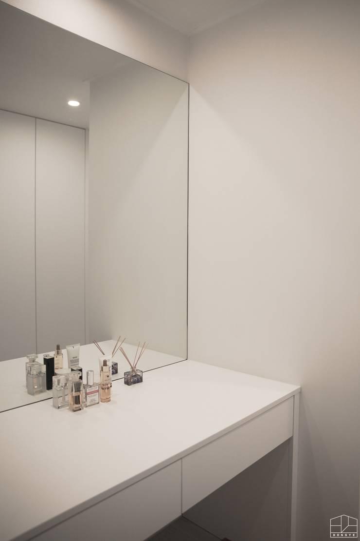 가족이 모이는 공간, 따스한 느낌의 과천 래미안슈르 43py _ 이사 후: 홍예디자인의  드레스 룸,