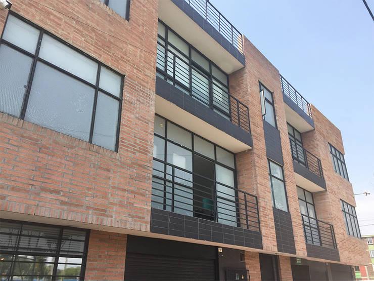 Visual lateral exterior : Casas multifamiliares de estilo  por Mogaj diseño y construccion s.a.s.