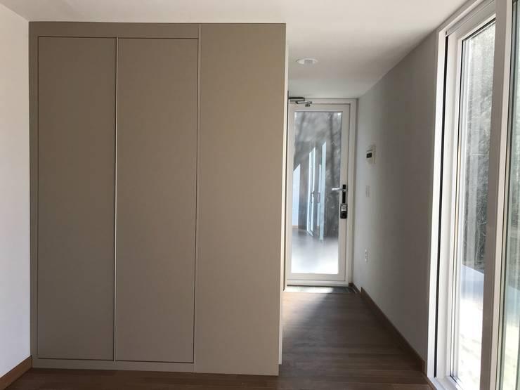 Couloir et hall d'entrée de style  par 마룸
