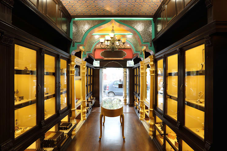 SYMETREE JEWELRY STORE, KHAN MARKET, NEW DELHI:  Corridor & hallway by Total Interiors Solutions Pvt. ltd.