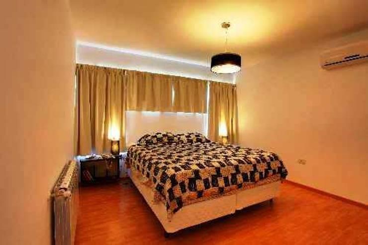 Dormitorio Principal: Dormitorios de estilo  por I.S. ARQUITECTURA