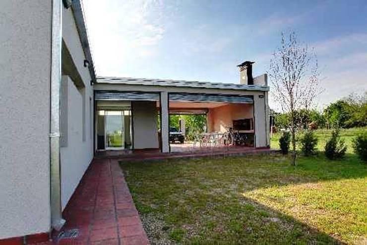 Patio Exterior: Casas unifamiliares de estilo  por I.S. ARQUITECTURA