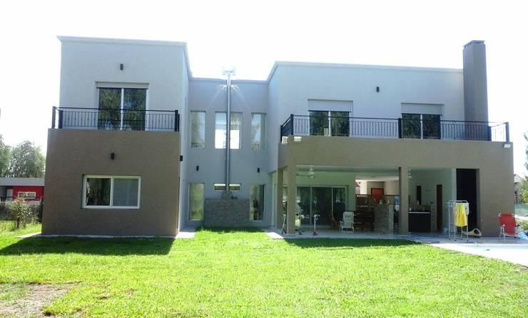 Vista posterior: Casas unifamiliares de estilo  por I.S. ARQUITECTURA