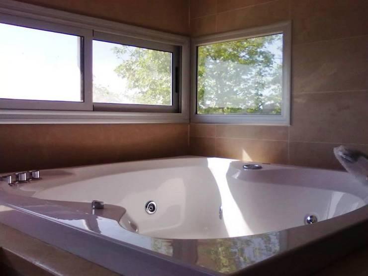Baño Suite: Baños de estilo  por I.S. ARQUITECTURA