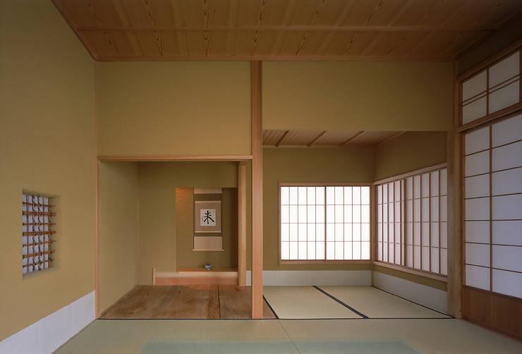 蒲郡、商業地指定ながら平屋としてゆったりと建つ海辺市街地の別荘 マイアミビエンナーレ居住部門ゴールドメダル受賞: JWA,Jun Watanabe & Associatesが手掛けた和室です。