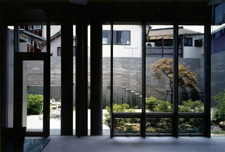 蒲郡、商業地指定ながら平屋としてゆったりと建つ海辺市街地の別荘 マイアミビエンナーレ居住部門ゴールドメダル受賞: JWA,Jun Watanabe & Associatesが手掛けたリビングです。