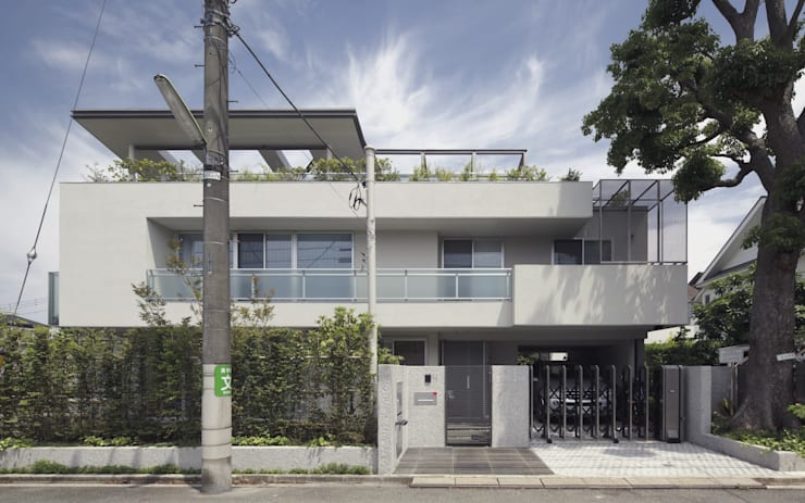 ミドセンチュリーテイスト 居間がテラスと一体化して繋がる成城の住まい: JWA,Jun Watanabe & Associatesが手掛けた家です。