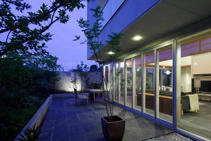ミドセンチュリーテイスト 居間がテラスと一体化して繋がる成城の住まい: JWA,Jun Watanabe & Associatesが手掛けたベランダです。