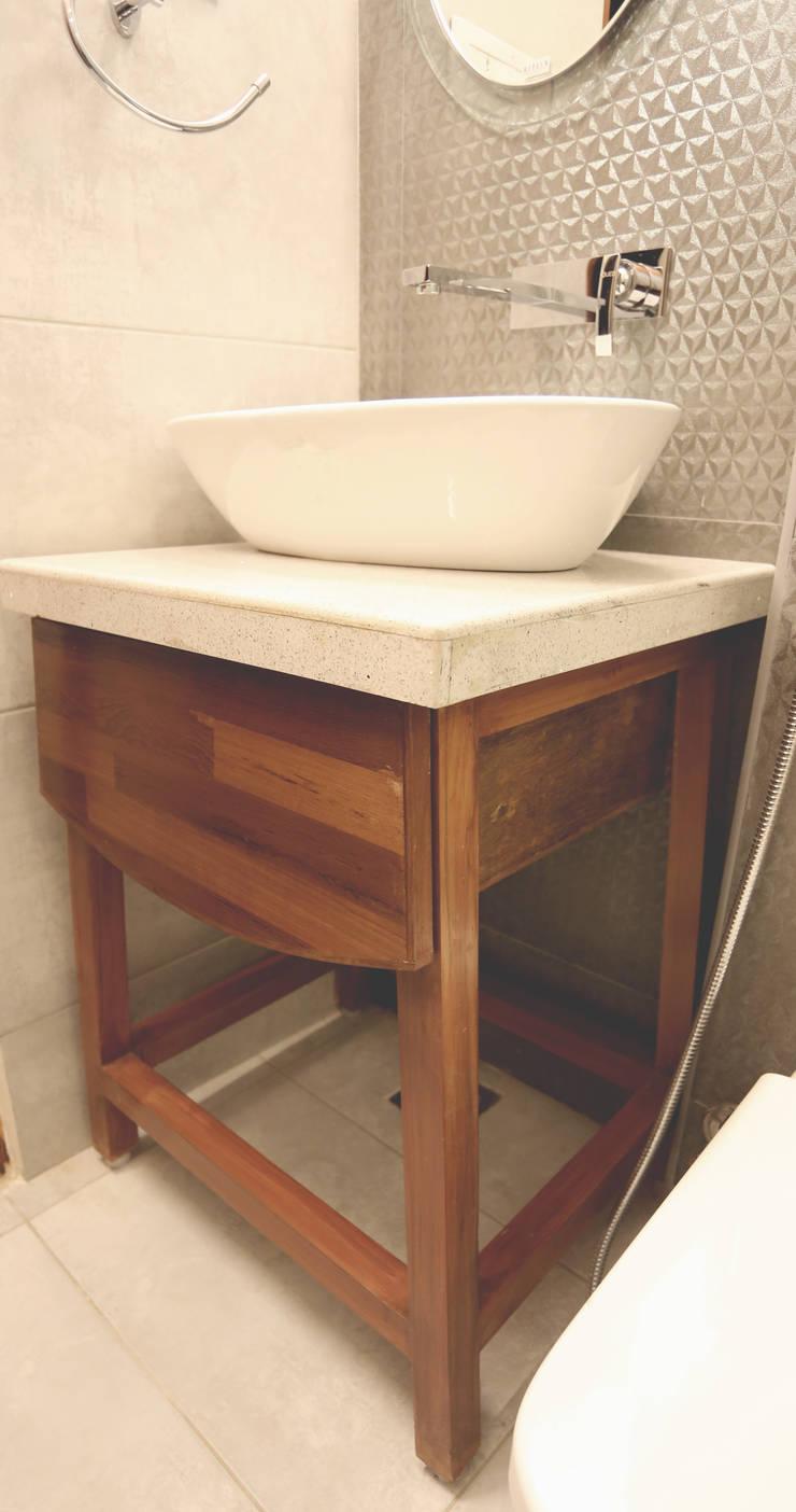 SAMUEL'S RESIDENCE:  Bathroom by CARTWHEEL,Modern