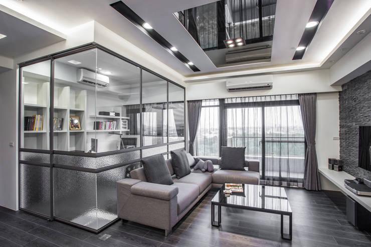 現代風居家暗藏玻璃屋!沉穩灰階也能展現明、淨、透  :  客廳 by 唐御品空間設計