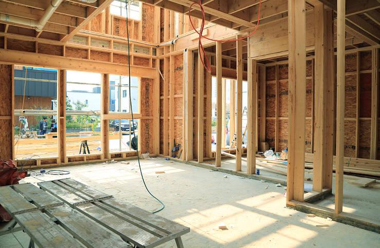 청라 패시브하우스 미아마스: OUA 오유에이의  거실