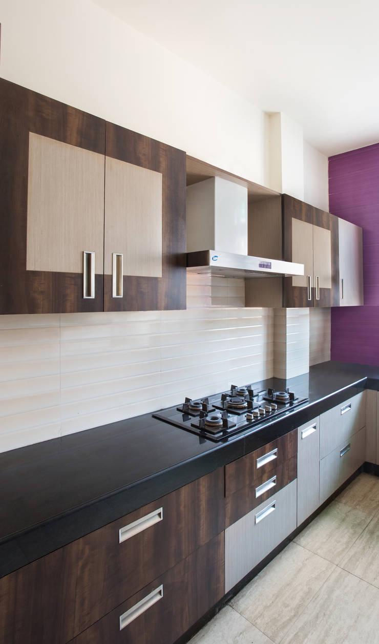MALVIYA NAGAR RESIDENCE, NEW DELHI:  Built-in kitchens by Total Interiors Solutions Pvt. ltd.