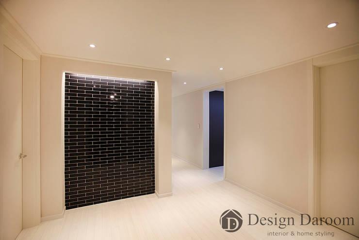 광장동 현대홈타운 12차 55평형 현관 아트월: Design Daroom 디자인다룸의  복도 & 현관