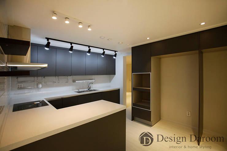 광장동 현대홈타운 12차 55평형 주방: Design Daroom 디자인다룸의  주방
