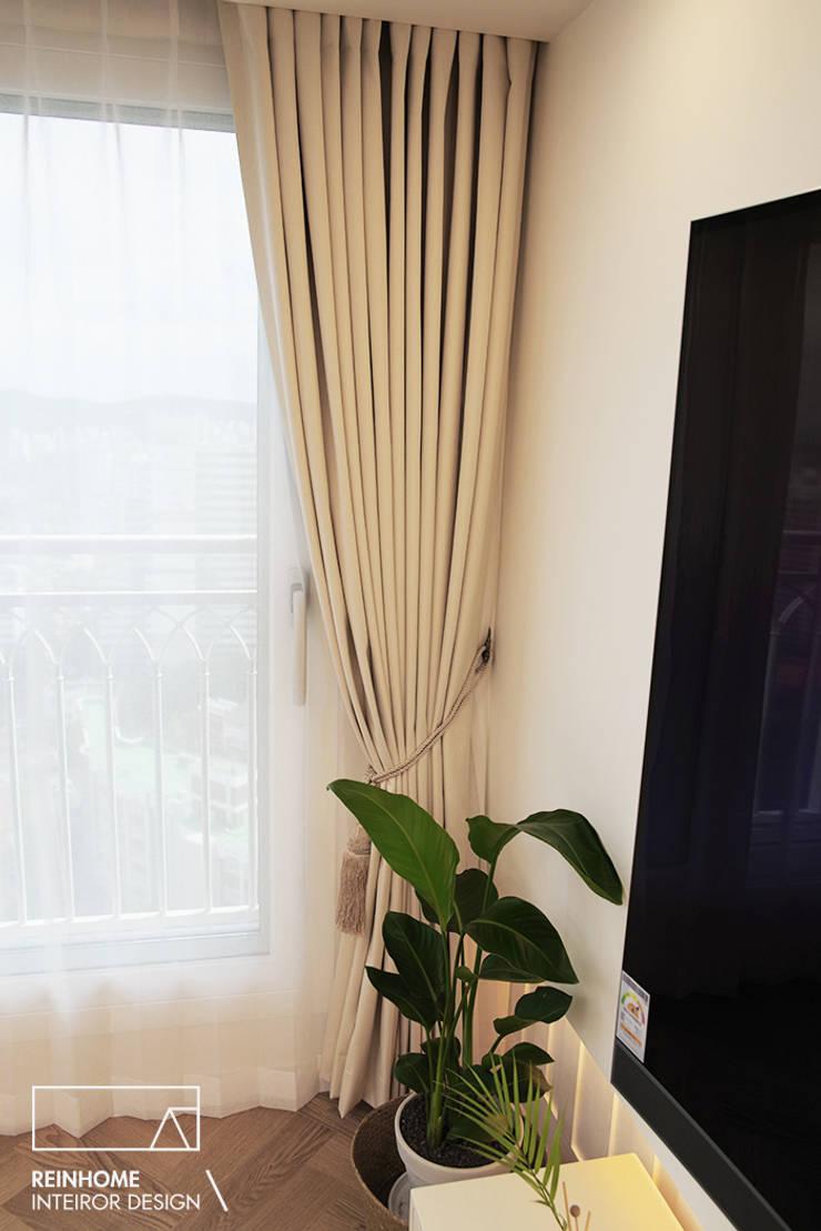 울산시 울주군 로얄듀크 _골드: 리인홈인테리어디자인스튜디오의  거실