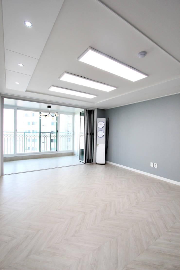서울 신내동 32평 인테리어: 한 인테리어 디자인의  거실,
