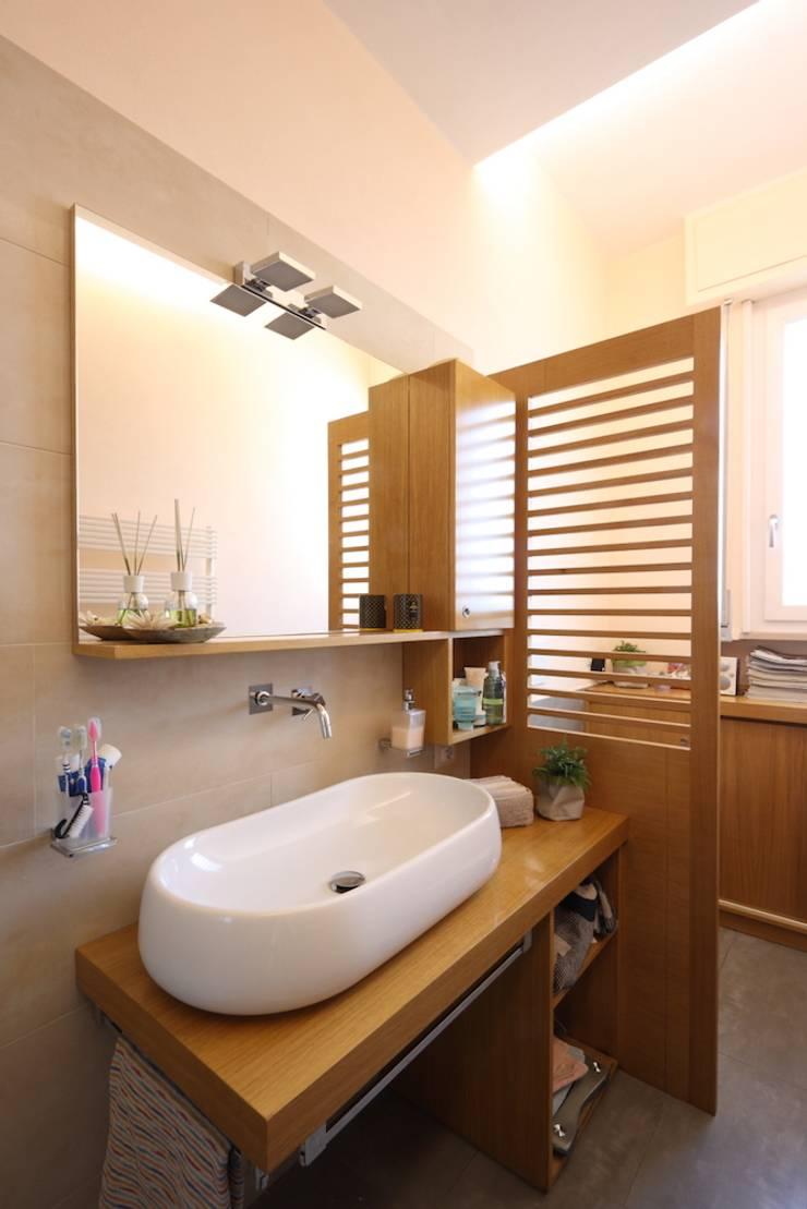 Bagno su misura: Bagno in stile  di Daniele Arcomano, Moderno Legno Effetto legno