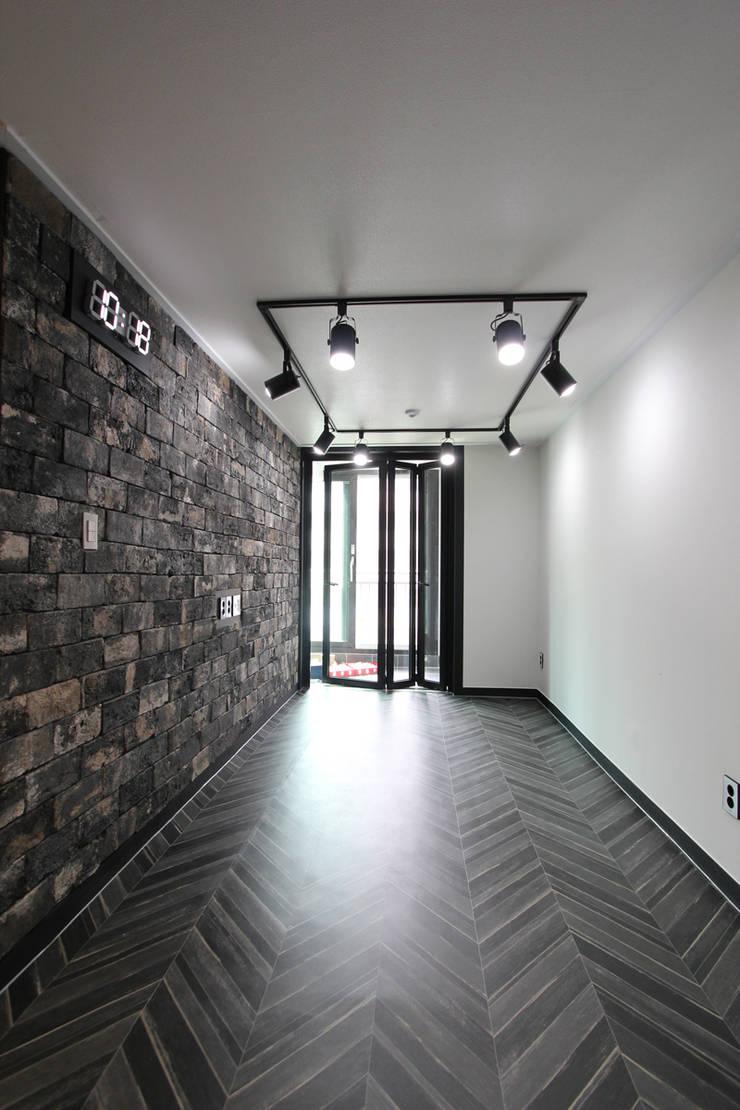 평택시 이충동 20평 인테리어: 한 인테리어 디자인의  거실