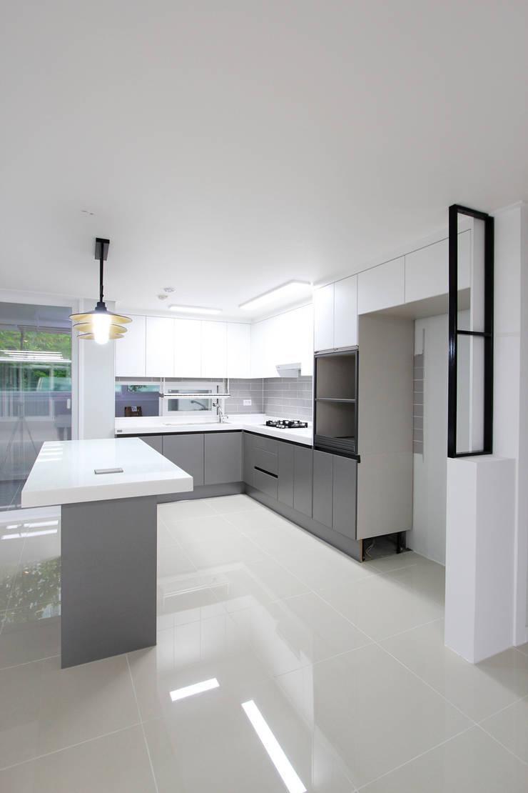 화성시 병점동 46평 인테리어: 한 인테리어 디자인의  주방,모던