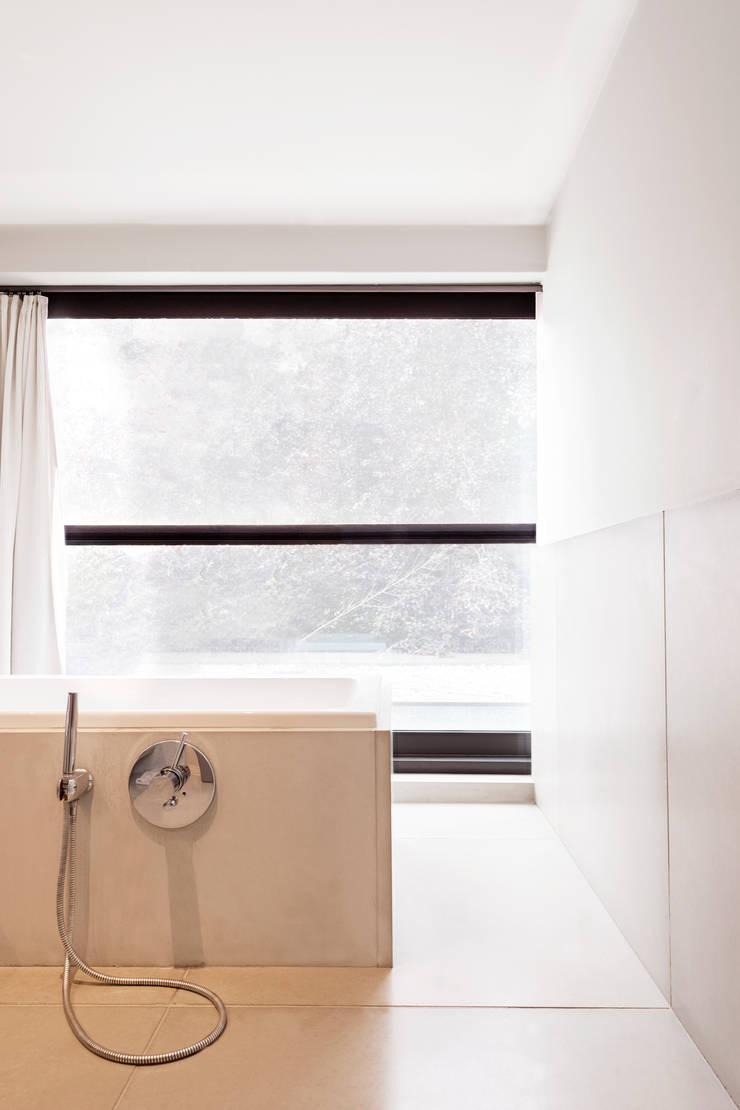 Beton in de badkamer:  Badkamer door Betonal, Modern Beton