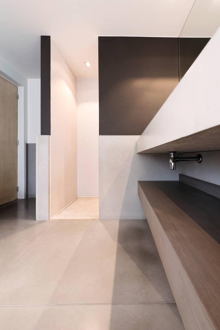 Moderne badkamer met beton:  Badkamer door Betonal, Modern Beton