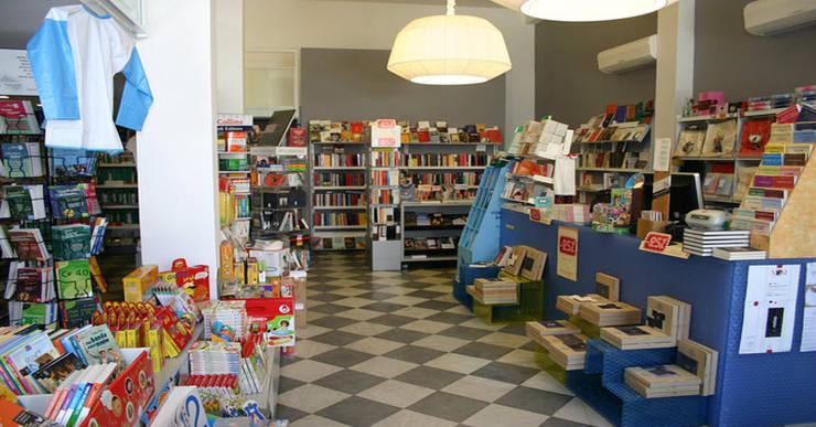 Progettazione Libreria Negozi & Locali commerciali moderni di Arch. Della Santa Giorgio Moderno