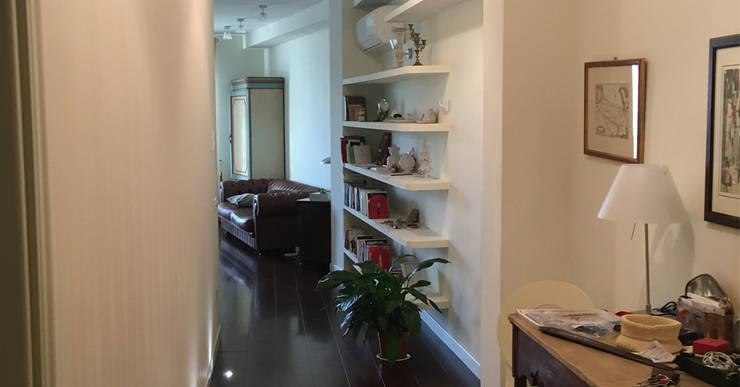Ristrutturazione Edilizia  e arredo di interni di appartamento Lungarno Pacinotti: Ingresso & Corridoio in stile  di Arch. Della Santa Giorgio