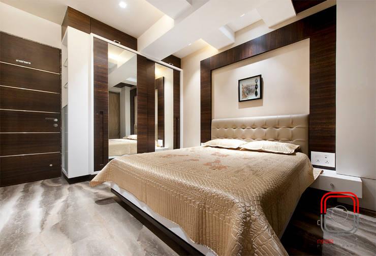 Juhu Residence:  Bedroom by neale castelino Photography
