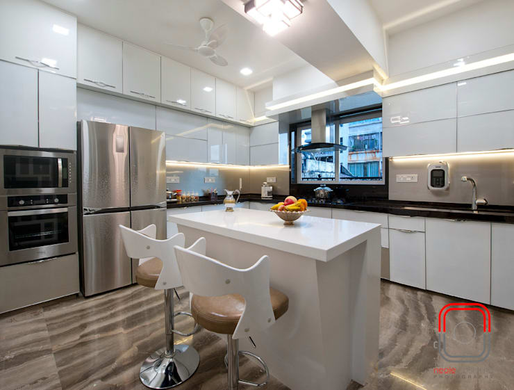 Juhu Residence:  Kitchen by neale castelino Photography