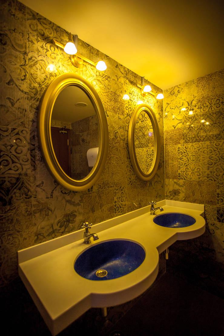 Buhari:  Bathroom by Design Dna,Modern